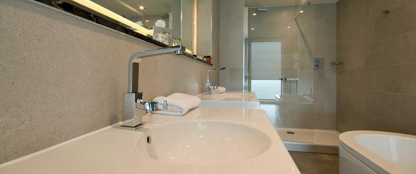 Clayton Hotel Chiswick - Hotel Bathroom