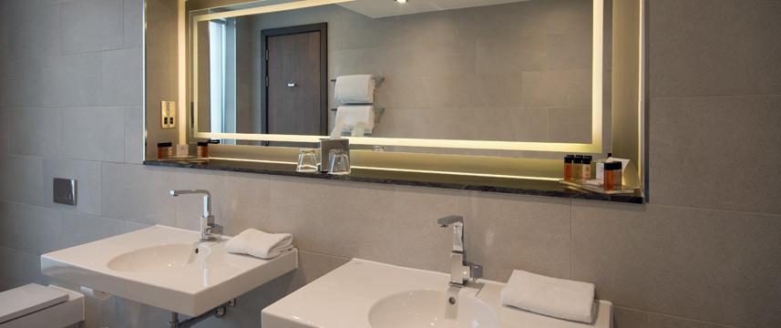 Clayton Hotel Chiswick - Hotel Bathroom Detail