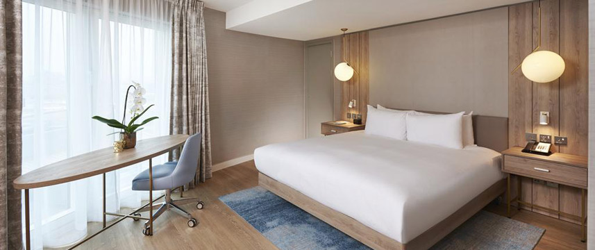 Doubletree By Hilton London Excel - King Suite Bed