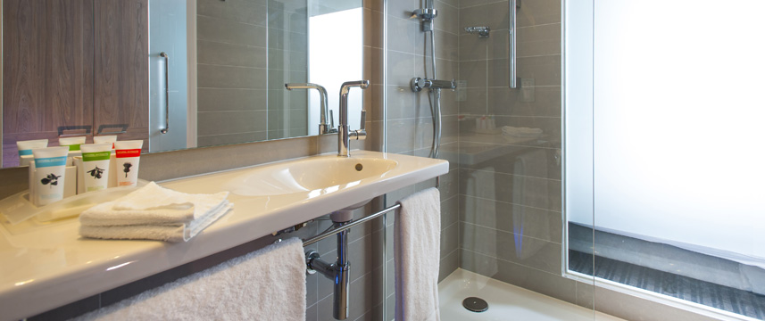 Holiday Inn London West - Executive Bathroom