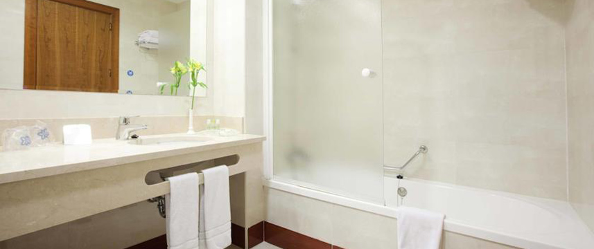 Holiday Inn Madrid Calle Alcala Bathroom