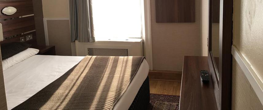 Huttons Hotel - Bedroom