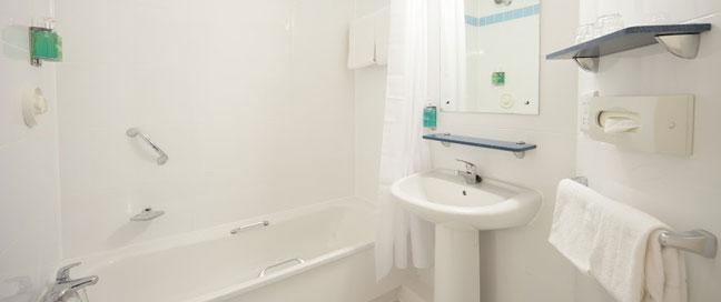 Jurys Inn Heathrow - Bathroom