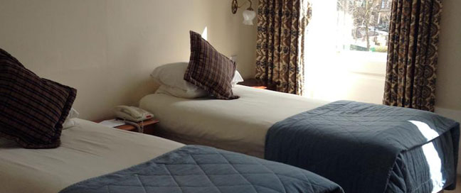 Pratts Hotel - Twin Bed Room