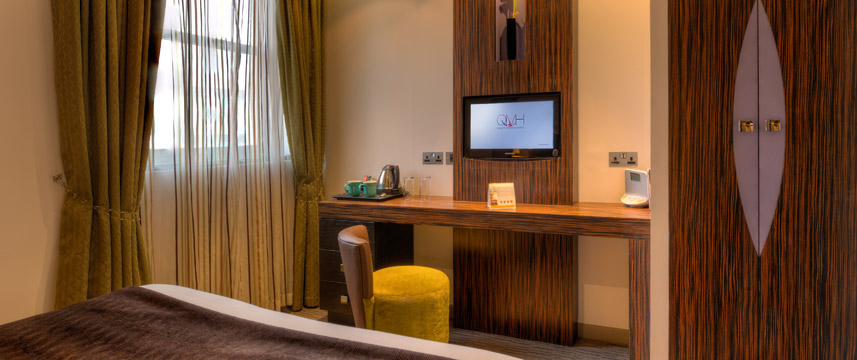 Quality Maitrise Hotel Bedroom Desk