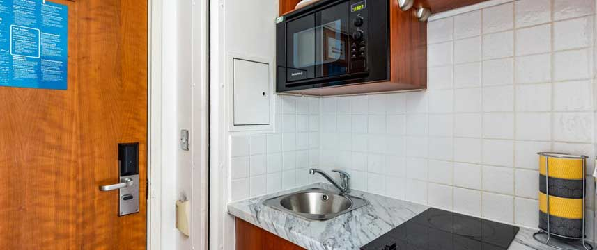Roland House Apartments - Studio Kitchen