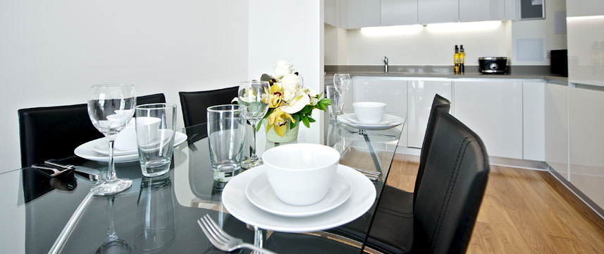 Staycity Serviced Apartments London Heathrow - Dining table
