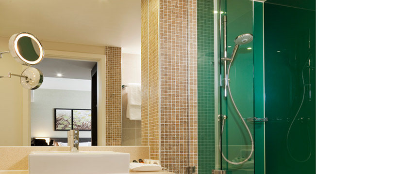Holiday Inn Commercial Road - Ensuite bathroom