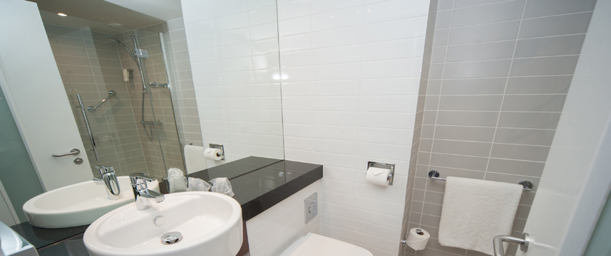 Holiday Inn Express Aberdeen Airport - Bathroom