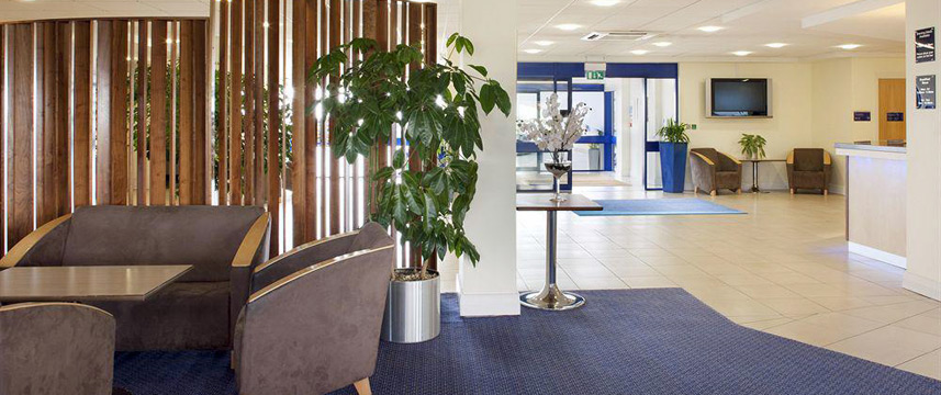 Holiday Inn Express Cardiff Airport - Lobby