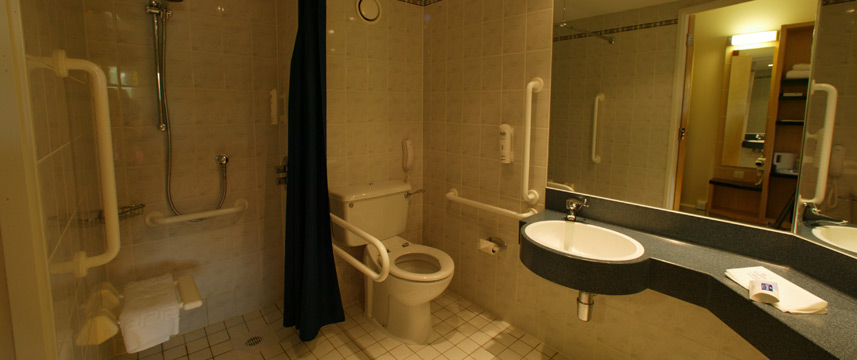 Holiday Inn Express Chester Racecourse - Accessible Bathroom