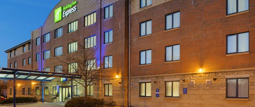 Holiday Inn Express Liverpool Knowsley Exterior Evening