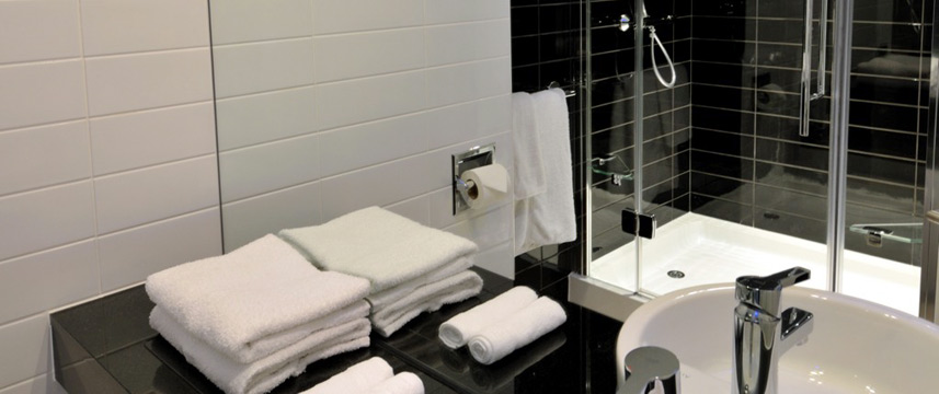 Holiday Inn Express London Heathrow T5 Bathroom