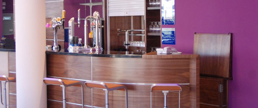 Holiday Inn Express London Newbury Park - Bar