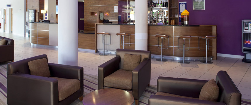 Holiday Inn Express London Newbury Park - Bar Lounge