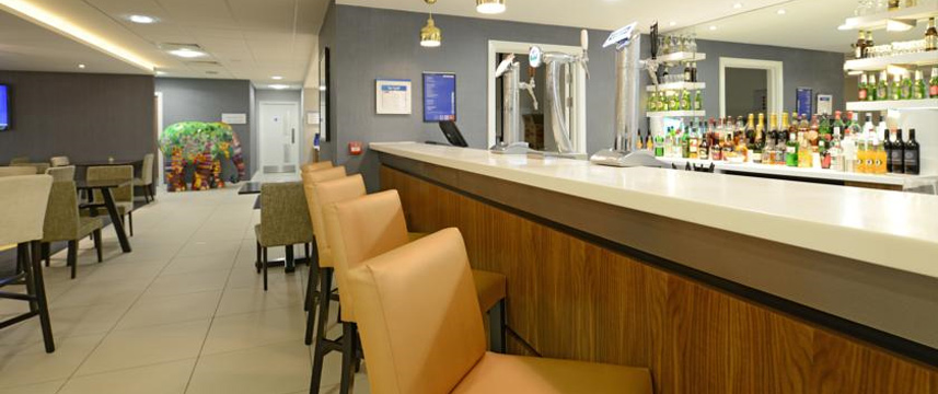 Holiday Inn Express London Wimbledon South - Bar