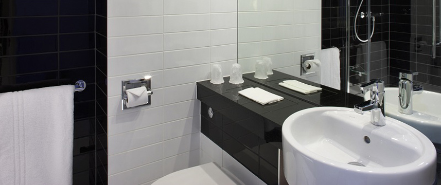 Holiday Inn Express London Wimbledon South - Bathroom