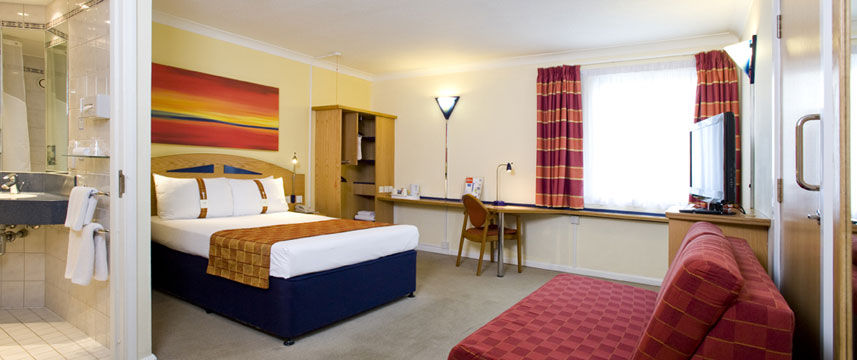 Holiday Inn Express Luton Airport - Bedroom
