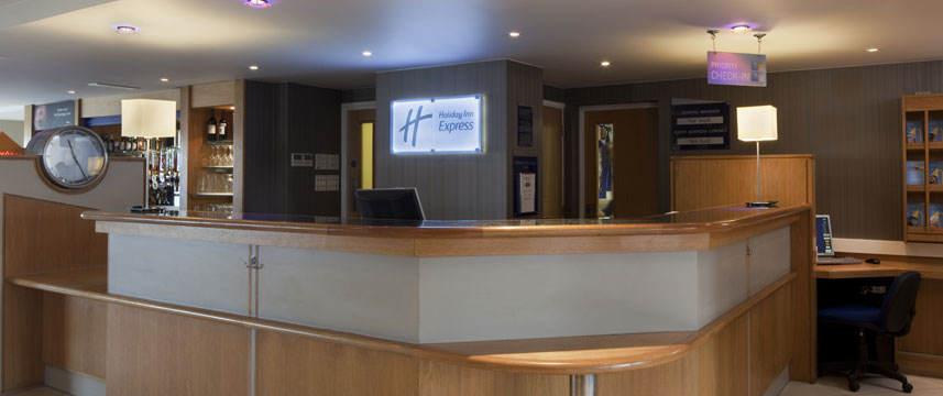 Holiday Inn Express Luton Airport - Entrance