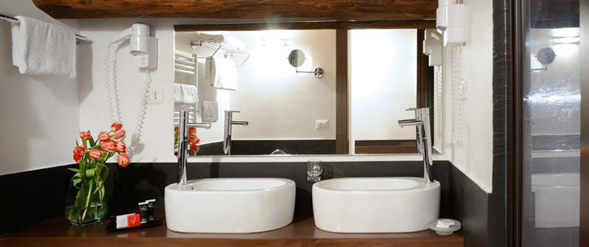 Hotel Trevi - Ensuite Bathroom