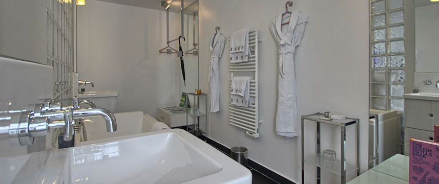 Kube Hotel - Bathroom