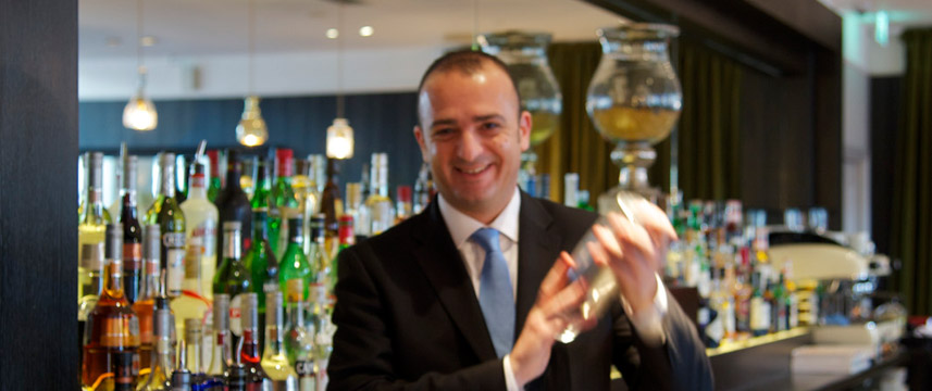 London Bridge - Preparing your cocktail